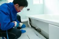 内部を高圧洗浄機でクリーニング